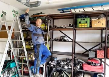 Brigáda na údržbě techniky a úklidu garáže s malým posezením (10/2020)